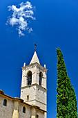 Kirchturm und Zypresse vor herrlich blauem Himmel, Foligno, Provinz Perugia, Italien