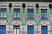 Reich verzierte Fassade eines alten Hauses aus der Jugendstilzeit am Naschmarkt, Wien, Österreich