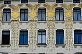 Goldene Dekoration im Jugendstil an der Fassade eines alten Hauses, Naschmarkt, Wien, Österreich