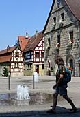 am Universitätsgebäude von Altdorf, Steinhäuser, Brunnen, Fachwerk, Person, Mittelfranken, Bayern, Deutschland