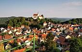 Blick auf die Burg, Gößweinstein, Dorf, Häuser, Ansicht,  Fränkische Schweiz, Ober-Franken, Bayern, Deutschland