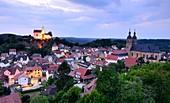 Abend, Blick auf Basilika und Burg, Gößweinstein, Dorf, Kirche, Landschaft, Ansicht, Häuser, Fränkische Schweiz, Ober-Franken, Bayern, Deutschland