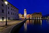 Der Stadtturm Torre Apponale im Zentrum von Riva del Garda, Gardasee, Provinz Trient, Italien