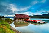 Maligne See und historisches Bootshaus im Jasper National Park, Alberta, Kanada
