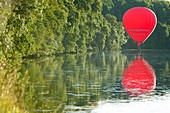 France, Indre et Loire, Chenonceaux, hot air baloon on the Cher river