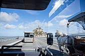 Frankreich, Manche, Bucht des Mont Saint Michel, von der UNESCO zum Weltkulturerbe erklärt, Shuttle, der Besucher, aber Pferdekutsche bringt