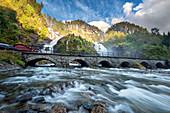 Latefossen, Wasserfall, Brücke, Straße, Odda, Fjordnorwegen, Norwegen, Europa\n