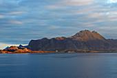 Insel Meloey im Meloeyfjorden, Meloeyfjord, Helgelands Küste, Provinz Nordland, Salten, Norwegen, Europa