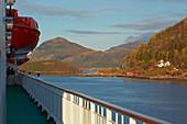 Hurtigruten im Schärengarten vor Oernes, Provinz Nordland, Distrikt Salten, Küste von Helgeland, Norwegen, Europa