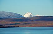 Schneebedeckte Berge bei Finnsnes am Gisundet, Insel Senja, Troms, Norwegen, Europa