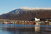 Tromsö mit Eismeerkathedrale, Ishavskatedralen, Tromsöysundet, Schnee, Troms, Norwegen, Europa