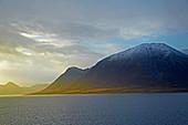 Verschneite Bergwelt bei Risöyhamn, Risöysundet,  Vesteralen, Andöya, Nordland, Norwegen, Europa