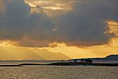Bedrohliche Abendstimmung am Hadselfjorden, Bei Stokmarknes, Hurtigruten, Provinz Nordland, Norwegen, Europa