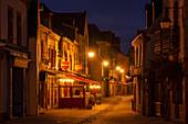 Nachts in der Ville Close, Concarneau, Bretagne, Frankreich