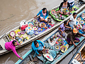 Local craftswomen selling their wares by canoe on Pacalpa Cano, Pacaya Samiria Reserve, Loreto, Peru, South America