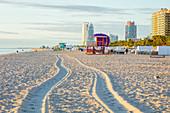 USA, Florida, Miami Beach, Tire tracks and lifeguard hut on beach