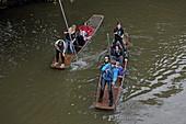 Punting (Stechkahnfahren) auf der Isis (Themse), Oxford, Oxfordshire, England