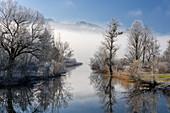 Winterliche Idylle am Kochelsee Auslauf der Loisach, Bayern, Deutschland.