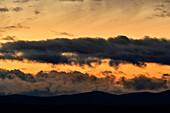 Abenddämmerung mit Wolken über den Bergen am Siljansee, Dalarna, Schweden