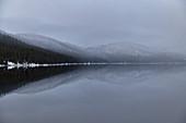 Schneebedeckte Berge spiegeln sich in einem See, Borgafjäll, Jämtland, Schweden