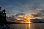 Die Sonne geht über einem See auf, Risbäck, Lappland, Schweden