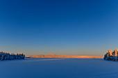 Winterlandschaft an einem einsamen, zugefrorenen See, Mellanström, Lappland, Schweden