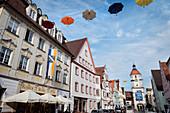 Königstraße und das Mitteltor in Altstadt von Dillingen an der Donau, Bayern, Deutschland