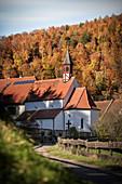 Radfahrer auf Donauradweg bei Kapelle in Thiergarten, Naturpark Oberes Donautal, Donau, Deutschland
