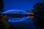 beleuchtete, moderne Brücke über die Donau und Bundesstraße, Günzburg, Regierungsbezirk Schwaben, Bayern, Deutschland