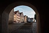 Blick durch Unteres Tor in die Altstadt von Neuburg an der Donau, Landkreis Neuburg-Schrobenhausen, Bayern, Deutschland