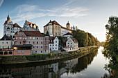 Blick über Donau zur Altstadt mit Schloss und Hofkirche, Neuburg an der Donau, Landkreis Neuburg-Schrobenhausen, Bayern, Deutschland