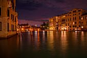Nächtlicher Blick auf die Ponte dell'Accademia in Venedig, Italien, Europa