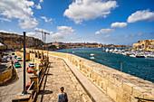 Unterwegs in Vittoriosa mit Blick auf Valletta, Malta, Europa