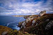 Windiger Tag an der Küste der Bretagne, Frankreich, Europa