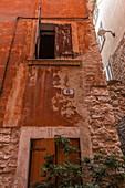 Rote Hauswand in den Gassen von Garda, Gardasee, Provinz Verona, Italien