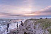 Sonnenaufgang mit Wind und Wellen in Heiligenhafen, Ostsee, Ostholstein, Schleswig-Holstein, Deutschland