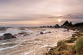 Wind, Wellen und Dünen mit Blick auf die Häuser des Graswarders, Heiligenhafen, Ostsee, Ostholstein, Schleswig-Holstein, Deutschland
