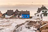 Blick auf die Häuser des Graswarders in Heiligenhafen bei Nord-Ost Sturm, Ostsee, Ostholstein, Schleswig-Holstein, Deutschland