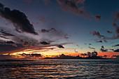 Silhouette der Insel Moorea bei Sonnenuntergang, nahe Papeete, Tahiti, Windward Islands, Französisch-Polynesien, Südpazifik