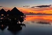 Überwasserbungalows von Tahiti Ia Ora Beach Resort (managed by Sofitel) bei Sonnenuntergang, nahe Papeete, Tahiti, Windward Islands, Französisch-Polynesien, Südpazifik