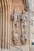 Figuren von Adam und Eva an der St. Moritzkirche in Coburg, Oberfranken, Bayern, Deutschland