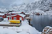 Fischerdorf A i Lofoten auf Lofoten Inseln am Abend, Reine, Norwegen