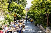 Straßencafe in der Altstadt von Taormina, Sizilien, Italien