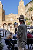 Maler vor dem Dom, Cefalu, Sizilien, Italien