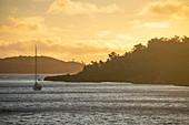 Silhouette von Segelboot und Insel bei Sonnenaufgang, Sawa-i-Lau Island, Yasawa Group, Fidschi-Inseln, Südpazifik