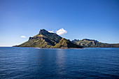 Insel umgeben von blauem Meer und Himmel, Waya Island, Yasawa Group, Fidschi-Inseln, Südpazifik
