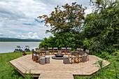 Stühle umgeben Feuerstelle im Luxusresort Zeltcamp Magashi Camp (Wilderness Safaris) am Ufer des Rwanyakazinga See, Akagera National Park, Eastern Province, Ruanda, Afrika