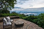 Ruhondo See und Berge gesehen von der Terrasse der Virunga Lodge, nahe Kinyababa, Northern Province, Ruanda, Afrika