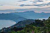 Burero See (links), Ruhondo See (rechts) und Berge von der Virunga Lodge aus gesehen, nahe Kinyababa, Northern Province, Ruanda, Afrika