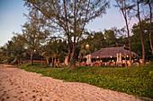 Menschen genießen Getränke im Restaurant und in der Bar des Mango Bay Resort am Ong Lang Beach bei Sonnenuntergang, Ong Lang, Insel Phu Quoc, Kien Giang, Vietnam, Asien